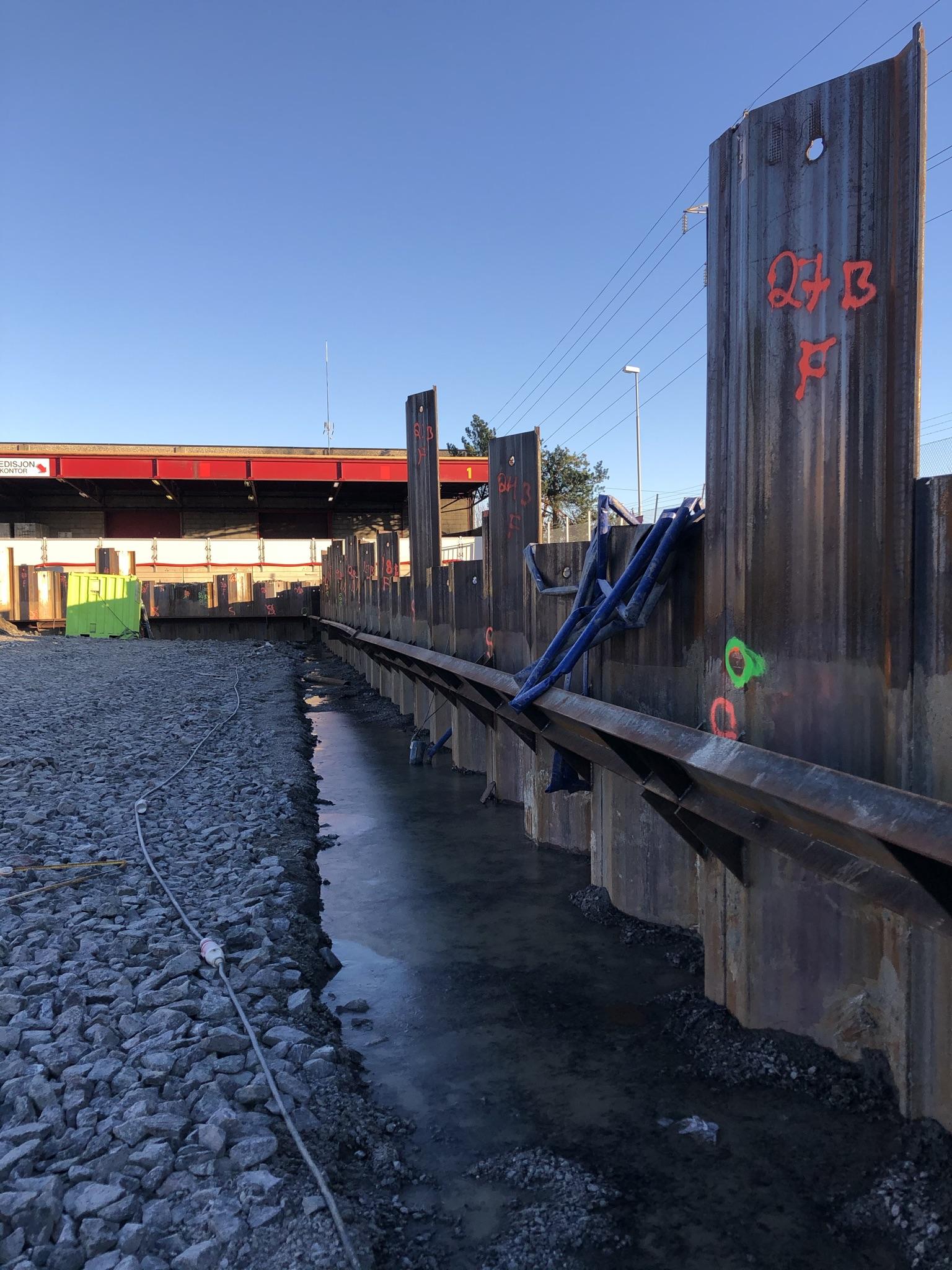 Spuntveggen som skal holde grunnen på plass når vi skal grave ut parkeringskjeller under idrettsbygget.