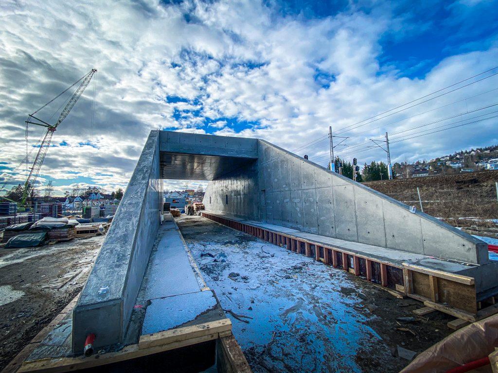 Betongundergangen er ferdig støpt og i påsken skal den settes på plass under jernbanen. Foto: Betonmast.