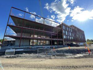 Fasadeelementer ferdig montert på del A og råbyggmontasje som snart er ferdig på del D.